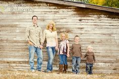 Cute family picture idea family of 5 Cute Family Pictures, Barn Pictures, Family Picture Poses, Fall Family Photos, Family Photo Sessions, Family Pics, Rustic Family Photos, Family Portrait Poses, Family Posing