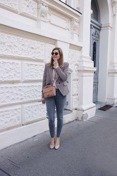 Streetstyle Herbst Outfit mit Blazer, grauer Jeans und Sling Pumps