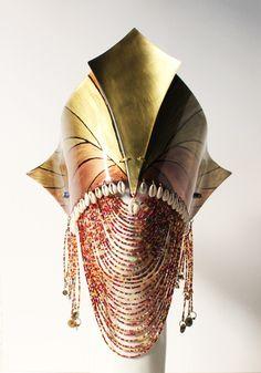 ATELIÊ DUAS COROAS - Conjunto para Matamba (Iansã) formado por adê, erukerê, alfange, impulsas de braço e pulso. Confeccionado em folha de cobre, com pintura artística e resina que confere um aspecto vitrificado as peças. Acabamentos em cristais, miçangas, vidrilhos e peças em metal.