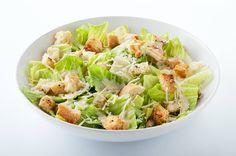 Scopriamo la ricetta della Caesar salad senza uova, un contorno gustoso che all'occorrenza può trasformarsi in un piatto unico