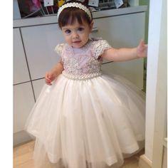 Vestido bordado branco e azul com tiara de pérolas baby linda Via Flora for Girls #renda #pérolas #tule #infantil