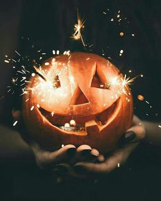 Carved pumpkin jack-o-lantern with sparklers. Halloween Fall inspiration and photo ideas. Things to do during fall. Happy Halloween Banner, Halloween Chic, Holidays Halloween, Halloween Decorations, Halloween Jack, Halloween Photos, Vintage Halloween, Halloween Countdown, Halloween Icons