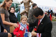 87) 제1회독일베를린 손기정 기념 마라톤 대회에서 참석한 독일 소녀에게 메달을 걸어주며