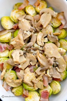 O reteta simpla si gustoasa cu varza de Bruxelles, bacon si ciuperci, gratinate cu cascaval.