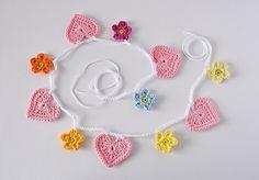 Hearts & flowers garland – a free pattern – CrochetObjet by MoMalron