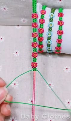 DIY: bracelet Weaving Technique Diy Bracelets With String, Diy Bracelets Easy, Macrame Bracelets, Braclets Diy, Macrame Bracelet Tutorial, Thread Bracelets, Macrame Knots, Loom Bracelets, Micro Macrame