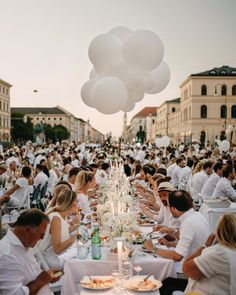 A modern and exclusive all in white table setting for the Dîner en blanc 2019 in Munich. We had a magic white dinner night in the middle of the city above us only the sky and a big white balloon cloud. White Party Attire, All White Party, All White Wedding, White Dinner, Pop Up Dinner, White Ballons, White Table Settings, Balloon Clouds, Wedding Balloons