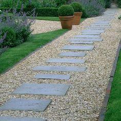 aménagement de jardin une allée en dalles et gravier