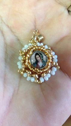 Medallón para bebas, con imagen de la virgen de Guadalupe elaborado en cristal cortado y mostacillas en tono dorado