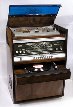 *batteries not included Good remoteness plus acoustic guitar arrangements while in the sound saving spaces Radio Vintage, Vintage Stereo Console, Vintage Records, Vintage Music, Old Technology, Retro Radios, Audio Room, Transistor Radio, Record Players