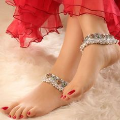 In this video, we will show you women's anklets latest designs, ankle bracelets, ankle jewelry & more. Find out the perfect foot jewelry for you. Silver Anklets Designs, Anklet Designs, Jewellery Design Images, Jewelry Design, Girls Jewelry, Bridal Jewelry, Womens Ankle Bracelets, Ankle Jewelry, Gorgeous Feet