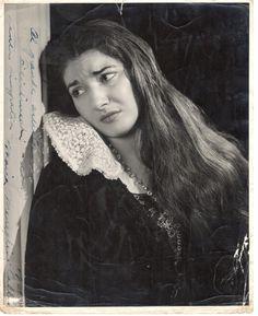 Foto di scena di Maria Callas ne I Puritani. Sul lato sinistro la dedica Al grande artista Filistrucchi con tanta simpatia. Maria Callas,  1951