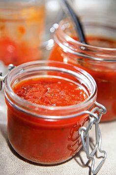 Teplé a slnečné počasie praje dozrievaniu paradajok. Ak je vaša úroda bohatá a obávate sa, že ich nestihnete zjesť, máme pre vás super tipy, ako ich spracovať. Preserves, Pesto, Chili, Food And Drink, Mexican, Homemade, Canning, Ethnic Recipes, Tomatoes