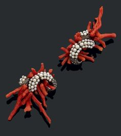 RENE BOIVIN Paire de clips d'oreilles   en argent composés d'une volute centrale sertie de trois rangs de petites perles épaulés d'un motif serti de diamants taillés en rose l'ensemble dans un bouquet de branches de corail.  Accompagnée d'un certificat de Madame Françoise Cailles attestant de leur authenticité.