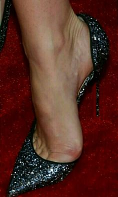 Black High Heels, High Heels Stilettos, Stiletto Heels, Shoes Heels, Beautiful High Heels, Gorgeous Feet, Cute Pumps, Feet Soles, Miranda Kerr