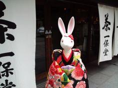 一保堂は、京銘茶を扱うお店です。  日本茶の店頭販売の他、喫茶室「嘉木」では、自分で淹れるお茶のセットで、緑茶を体験出来ます。  京都本店は、赴き豊かな京町家の作りです。白の暖簾は夏の設え、冬には茶色の暖簾がたなびきます。