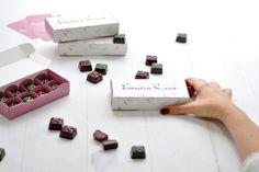 El chocolate siempre será el mejor regalo para navidad Chocolates, Gift Wrapping, Gifts, Chocolate Desserts, Christmas Presents, Gift Wrapping Paper, Presents, Chocolate, Wrapping Gifts