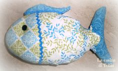 La Casina di Tobia: Pesce fermaporta in stoffa con nome aziendale