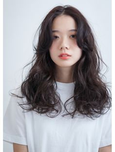 To know everything about this trendy haircut, we asked Patrick Lagré, artistic director of the Toni & Guy hair salons . Pretty Hairstyles, Straight Hairstyles, Medium Permed Hairstyles, Medium Hair Styles, Curly Hair Styles, Colored Curly Hair, Short Wavy Hair, Girl Haircuts, Hair Looks