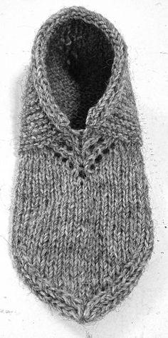 Nordic Slippers pattern by Kalea Turner-Beckman Yarn: Custom Woolen Mills Lincoln Longwool Mule Spinner (One Skein) Knitted Slippers, Crochet Slippers, Knit Or Crochet, Crochet Granny, Knit Slippers Pattern, Crochet Cats, Crochet Birds, Crochet Food, Knitted Dolls
