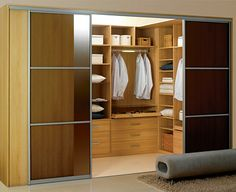 Do prostorného výklenku či niky lze vybudovat samostatnou praktickou šatnu. Vnitřní místo je odděleno posuvnými dveřmi. Entryway, House Design, Closet, Inspiration, Furniture, Home Decor, Desk, Entrance, Biblical Inspiration