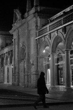 Luci sul Sentierone. Bergamo - foto di Agnese Econimo --- Questa fotografia partecipa al Concorso Fotografico Bergamo, per votarla condividila dalla pagina Facebook http://on.fb.me/1bfzk4E (la trovi tra i post di altri) e carica anche tu le tue foto su www.orobie.it per partecipare al concorso!