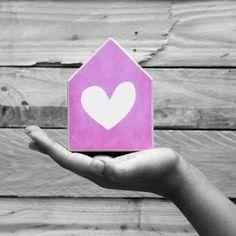 Ze zijn binnen!! De prachtige en sfeervolle huisjes van Dots Lifestyle . De huisjes worden stuk voor stuk met de hand gemaakt zoals je kunt zien op de foto's.  Diverse maten en prints zijn beschikbaar in onze winkel. Al vanaf €9,99.