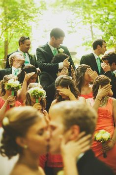 Funny wedding picture: Don't look!