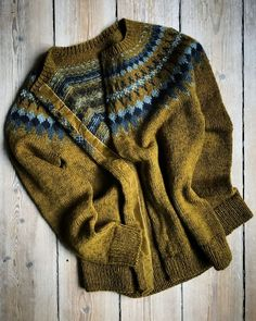 Ravelry: Sirius pattern by Camilla Vad how lovely would this be knitted in Retrosaria Vovo Sweater Knitting Patterns, Knitting Designs, Knit Patterns, Knitting Projects, Fair Isle Knitting, Hand Knitting, How To Purl Knit, Pulls, Ravelry