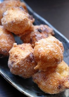 28 Italian Desserts You Need To Try Before You Die - What is it? A light, hollow, fried pastry topped with sugar and cinnamon.Sfinci may look like zeppo - Italian Donuts, Italian Pastries, Italian Cake, Italian Dishes, Italian Foods, French Pastries, Italian Cookie Recipes, Sicilian Recipes, Italian Cookies