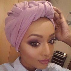makeup & turban on point! Mode Turban, Turban Hijab, Hair Turban, Hair Wrap Scarf, Head Scarf Styles, African Head Wraps, Hair Cover, Turban Style, Scarf Hairstyles