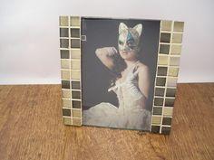 Bonito portafotos hecho con teselas de prestigiosa marca.  Combinación de cristales marrones y dorados.  Ideal para decorar y personalizar aporta...