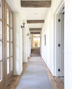 Hallway Entrance Design to Make Your Home More Amazing - TopDesignIdeas Hallway Decorating, Entryway Decor, Villa Del Carbon, Home Modern, Exterior Stairs, Hallway Designs, Hallway Ideas, D House, Entrance Design
