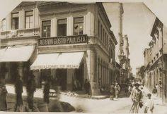 1897 - Rua Líbero Badaró, esquina com Rua São João (atual avenida São João). A esquerda temos a ladeira de São João, início da rua. Nesta esquina teremos posteriormente o Edifício Martinelli.