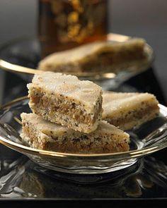 125 g Butter, 75 g Puderzucker, Salz, 1 Ei, 250 g Mehl, 1 TL Backpulver, 100 g Mohnmischung (Mohnback). Füllung: 2 Bio Orangen, 1 Saftorange, je 100 g Mandeln, Walnüsse, 100 g Zucker, 2 EL Cointreau. Glasur: 150 g Puderzucker, 1 EL Cointreau.  Butter mit Zucker, Salz und Ei cremig rühren. Mehl und Rest dazu. 30 Minuten kalt stellen. Nüsse, Schale, Zucker, Likör, 10 EL Orangensaft mischen. Zwischen zwei Lagen Teig verteilen. Bei 180° 20 Minuten backen.