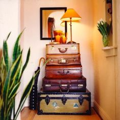 belle maison: Decorating with Trunks & Vintage Luggage Diy Interior, Interior Design, Vintage Suitcases, Vintage Luggage, Vintage Bags, Vintage Stuff, Flur Design, Home Design, Design Design