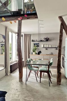 Cuisine beige qui se fond sur le mur de même couleur, avec une petite pointe de menthe glassée (chaises et smeg). J'adore.