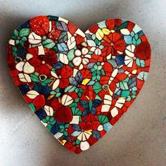 Mosaic heart made by www.mozayiko.eu #mosaik #mosaics #mosaikkurs #mosaicworkshop #burgundy #morvan #france #frankreich #creativeholiday #kreativurlaub