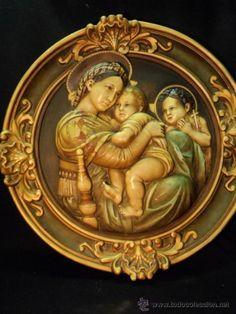 Maravilloso y gran medallón de estuco policromado con escena religiosa, 1900-1920