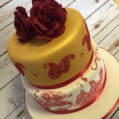Henna/Mehndi piped wedding cake #bespoke #weddingcake #mehndicake #hennacake #handmadesugarcraft #hennafied #nishadavdra #custommadecakes
