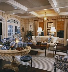 Guest house living room with lots of blue and white - Cindy Rinfret, Rinfret, Ltd. Blue Rooms, White Rooms, Beautiful Living Rooms, Beautiful Interiors, Traditional Decor, Traditional House, Dressing Design, Interior Decorating, Interior Design