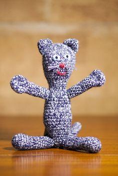 Gatto realizzato all'uncinetto in lana alpaca grigio/blu