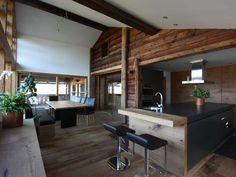 Altes Bauernhaus …neu definiert  Ein jahrhundertealtes Bauernhaus – mit einer HighTech Küche in Einklang gebracht.