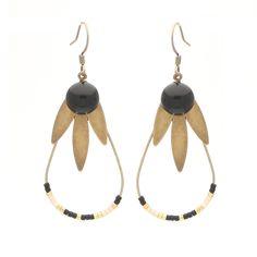 Modèle boucles d'oreilles à faire soi-même : support métal goutte et crochet de boucle d'oreilles, navettes métal or antique, filigranes feuilles, perles Miyuki, cabochons de verre noir à coller.