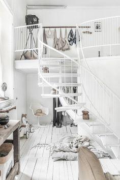Biała antresola w aranżacji skandynawskiego salonu