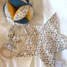 Trio at liberty: gripping ball, teething ring and blanket - blanket Baby Couture, Couture Sewing, Creation Couture, Baby Sweaters, Star Shape, Baby Love, Baby Baby, Baby Sewing, Liberty