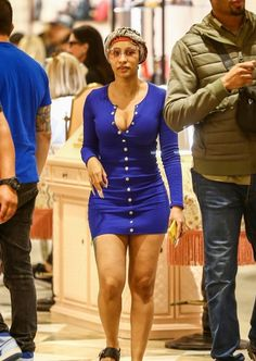 rapstress CARDI B decided to don a completely makeup-free look while out Christmas shopping in Miami yesterday. Cardi was spotted at the Cardi B Without Makeup, Cardi B Hairstyles, Cardi B Photos, Star Fashion, Fashion Outfits, Vogue Covers, Black Kids, Christmas Shopping, Alternative Fashion
