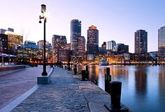 Whether you are looking to soak up some history, catch a ball game, or relax by the water, Boston is the place for you. To get you started with exploring this great city, here are 10 things to see and do in Boston. Boston Skyline, Places To Travel, Places To See, New Hampshire, Nova Orleans, Walkable City, Boston Usa, Boston Things To Do, 5 Things