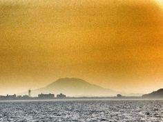 ( Evening Now at Hakata bay in Japan) 17:53 光も強いけどかすみも深いです。糸島富士(可也山365m)も肉眼ではほとんど見えません。