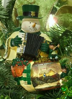 Decorations for the Irish Christmas tree Irish Christmas Traditions, Christmas Tree Themes, A Christmas Story, Christmas Photos, Christmas Tree Ornaments, Christmas Things, Christmas In Ireland, Celtic Christmas, Green Christmas